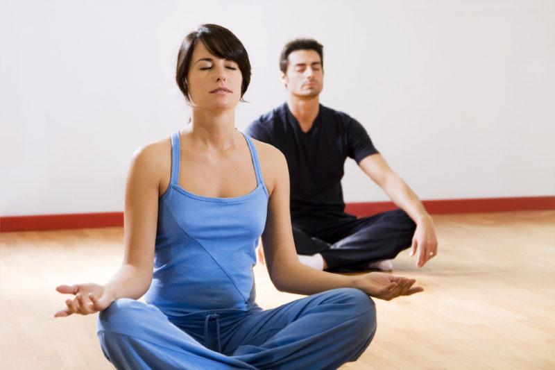 ヨガ 瞑想中